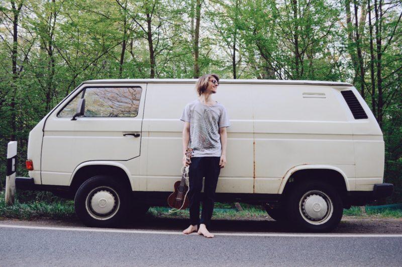 Pressefoto von Lukas Reiner vor seinem Vw Bus